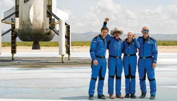 "?? Fotos: Tony Gutierrez/AP, dpa; Blue Origin/Zuma, dpa ?? Glücklich nach der Landung: die Crew der ""New Shepard""."