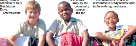??  ?? Mtunzini Primary pupils Murray Pearce, Zazi Manabi and Sbonga Mbatha took a break from the classroom to peg up heaps of donations