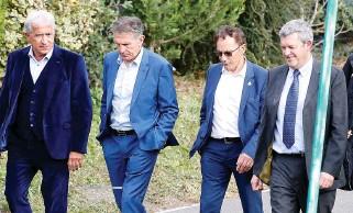 ??  ?? Le 4 octobre 2019, Claude Puel (2e en partant de la gauche), avec Bernard Caïazzo, président du conseil de surveillance, Roland Romeyer, président du directoire, et Xavier Thuilot, directeur général des services qui a été limogé le 10 janvier (de gauche à droite).