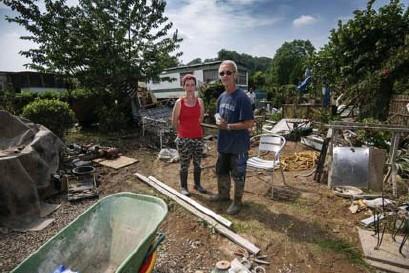 ??  ?? Marc Sovilla en dochter hadden beiden een stacaravan op de camping in Mery. Beide caravans zijn vernield.