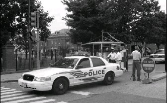 ?? BY SHARON THEIMER — ASSOCIATED PRESS ?? Police search for evidence after a shooting yesterday morning at Walter Reed Army Medical Center's main gate.