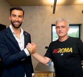 ??  ?? FINALMENTE. Rui Patrício recebe as boas-vindas de José Mourinho
