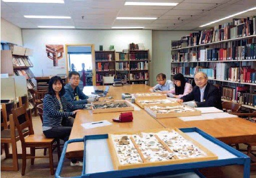 ??  ?? August 24, 2018: Huang Tianshu (rightmost) and his students are researching pieces of oracle bone inscriptions at the Royal Ontario Museum in Toronto, Canada. courtesy of Huang Tianshu