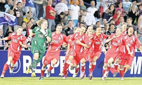 ?? FOTO: DPA ?? 20. Mai 2010, Triumph in der Champions League: Torhüterin und Matchwinnerin Anna Felicitas Sarholz (grün) und ihr Team laufen jubelnd auf den Rasen.