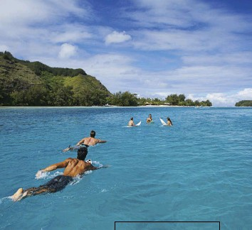 ??  ?? A group of swimmers paddle their way across a lagoon near Moorea.