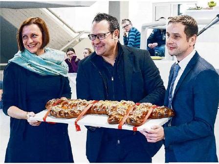 """?? Foto: Sabine Graser-Kühnle ?? Ein großer """"Schlüssel""""für eine großartige Schule (von links): Rektorin Petra Tatic, Architekt Christian Gaus und Bürgermeister Johannes Raab."""