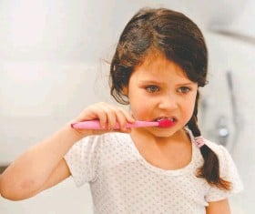 ?? ISTOCK ?? Playing it cool can help coax a 2-year-old into brushing her teeth.