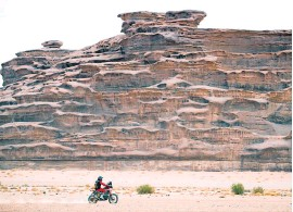 ?? EFE ?? Benavides y su Honda, solos contra la naturaleza.