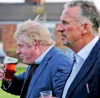 ??  ?? Sir Ian Botham (R) with British PM Boris Johnson, sipping a drink. Botham supported the Brexit campaign