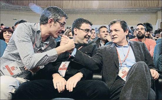 ?? EMILIA GUTIÉRREZ ?? El basc Eduardo Madina felicita l'asturià Javier Fernández en presència de l'andalús Mario Jiménez al fòrum polític del PSOE