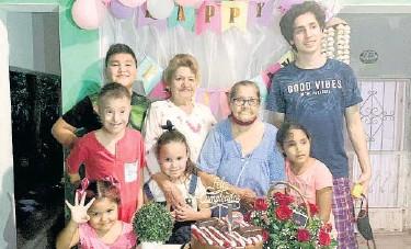 ??  ?? > La homenajeada y su mamá con sus nietos.