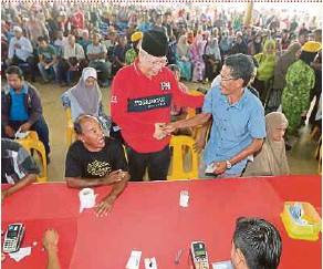 ?? ASRI PIC BY FATHIL ?? Umno information chief Tan Sri Annuar Musa speaking to recipients of the 1Malaysia People's Aid in Kota Baru yesterday.
