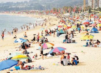 ??  ?? Playa El Sol, en Viña del Mar, con libre movilidad. La autoridad limita reuniones en casas.
