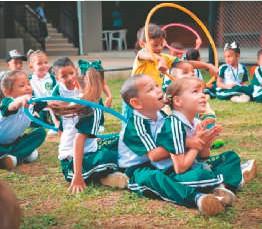 ??  ?? Estudiantes de la l. E. Gimnasio La Salada, ubicado en Segovia. Desde 2012 Gran Colombia Gold ha becado aproximadamente a 4.000 niños y jóvenes a través de la Fundación Angelitos de Luz.