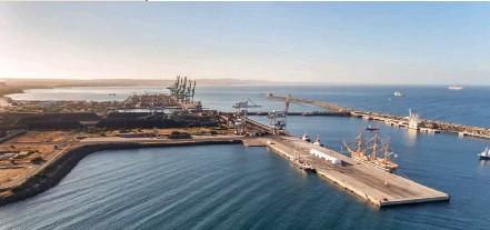??  ?? Photo ci-dessus : Le port industriel de Sines au Portugal. Afin de pallier la crise économique majeure à laquelle il est confronté, le Portugal a invité la Chine en mai 2019 à y investir dans un nouveau terminal de containers. L'idée offrirait à Pékin une porte sur l'Atlantique pour son projet de « nouvelles routes de la soie » (BRI). Les investissements chinois au Portugal représenteraient déjà près de 10 milliards d'euros, soit 3 % de son PIB. (© Sergio Sergo/ Shutterstock)