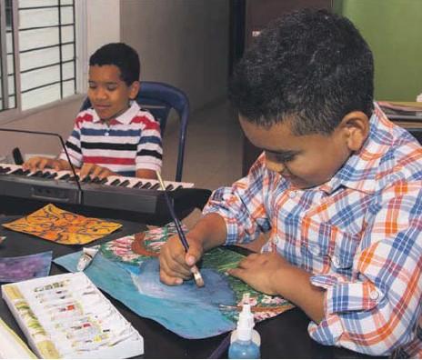 ?? |HROY CHÁVEZ - PUBLIMETRO ?? Los hermanitos Santiago (izq.) y Juan Esteban Molina (der.) han desarrollado habilidades artísticas en la música y la pintura.