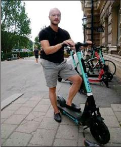 ??  ?? DADDA INTE. Åbobon Topi tycker inte att man borde förbjuda elsparkcyklar under veckoslutsnätter.