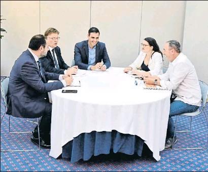 ?? JORGE GIL / EP ?? Ábalos, Puig y Sánchez se reunieron ayer en València con los líderes de Compromís, Oltra y Baldoví