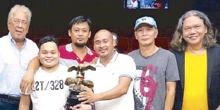 ??  ?? The Manila Cockers Club Inc., the country's cockfighting industry game changer, completed its 56th 7-Cock Breeders Festival with Baby Face BC 1 by Jonjon Cano winning the solo championship. A total of P2.620M in cash prizes, with P1M awarded to the...