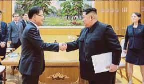 ?? AFP PIC ?? North Korean leader Kim Jong-un shaking hands with South Korean chief delegator Chung Eui-yong in Pyongyang on Monday.