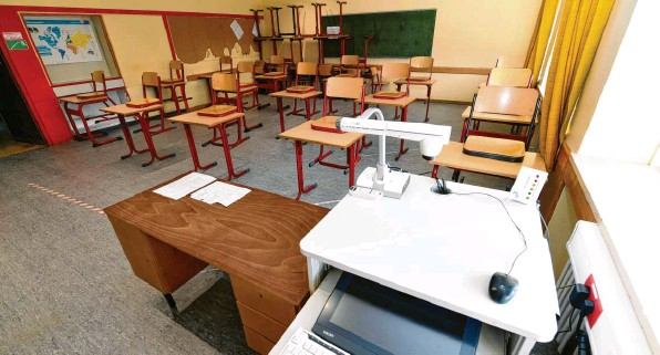 ?? Foto: Silvio Wyszengrad ?? Noch sind viele Klassenzimmer in Augsburg leer. Das könnte sich bei sinkenden Corona‰Zahlen aber demnächst ändern.