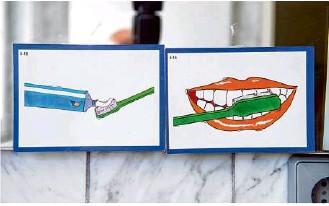 ??  ?? Überall im Haus der Pflegeeltern hängen Zeichnungen: Den jüngeren geschädigten Kindern hilft das, weil es Struktur in ihren Alltag bringt.