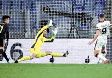 ??  ?? Roma's Bosnian forward Edin Dzeko (R) scores an equalizer past Ajax Dutch goalkeeper Maarten Stekelenburg during the UEFA Europa League quarter final second leg football match at the Olympic stadium in Rome. - AFP photo