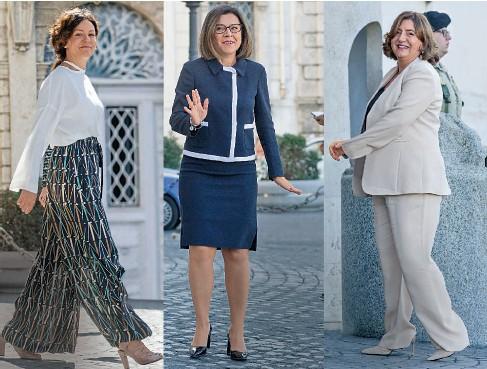 """??  ?? L'INNOVATRICE È ETNOCHIC Per il giuramento al Quirinale, la ministra dell'Innovazione tecnologica, Paola Pisano, 42, vestiva pantaloni palazzo neri a disegni geometrici. Qualcuno l'ha giudicata troppo """"etnochic"""". LOOK CORRETTO, PROFESSIONALE Paola De Micheli, 46 anni, ministro delle Infrastrutture e dei Trasporti si è presentata al giuramento in tailleur nero con la giacca accollata profilata di bianco. Giudicata """"professionale"""". NUNZIA SCEGLIE IL DIFFICILE BEIGE La siciliana Nunzia Catalfo, 52 anni, ministro del Lavoro, ha scelto un tailleur pantalone beige, fuori tono per l'occasione, e tacchi alti. Ai lobi delle orecchie si notavano le perle."""