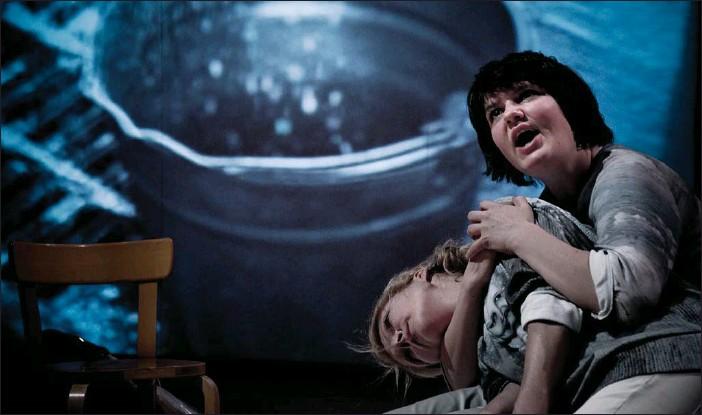 ?? FOTO: CVIJETA MILJAK ?? KÄRLEKSLÖS FRAMTID. Milka Ahlroth och Joanna Haartti i Kokoteaterns nya science fiction-föreställning.