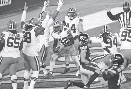 ?? KEITH SRAKOCIC/ASSOCIATED PRESS ?? The Browns got a defensive touchdown on the Steelers' first snap Sunday night, then secured their first playoff victory since Jan. 1, 1995.