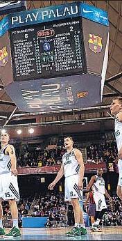 ?? DAVID AIROB ?? Espectacular. El jugador del Barcelona Justin Doellman se cuelga del aro para machacar una canasta ante la impotente mirada de los rivales del Zalgiris de Kaunas
