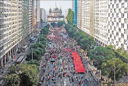 ??  ?? MOVILIZADOS. Organizaciones sociales, centrales sindicales y partidos de oposición apoyaron las manifestaciones en Río de Janeiro.