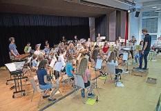 ??  ?? Die Jugendmusik Aarwangen umfasst 40 Musikerinnen und Musiker. Wer den Oberaargauer Jungmusikanten zuhören möchte, kann das am Samstag, 11. September, in der Aula des Schulhauses Sonnhalde in Aarwangen tun. Reservationen sind nicht möglich. Weitere Infos: www.jugendmusikfest2021.ch.