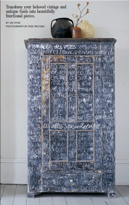 ?? PHOTOGRAPHY BY DEBI TRELOAR ?? The homeowner turned this ordinary piece of furniture into art with a simple coat of blackboard paint. For an added touch, she chalked scripted words all over the outside.