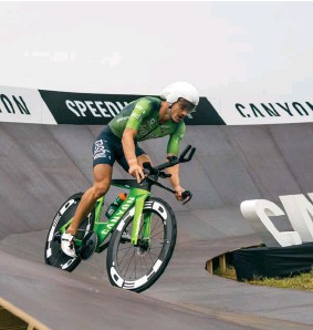 ??  ?? BELOW Sanders on his Canyon Speedmax CFR BOTTOM Jan Frodeno hits the turnaround