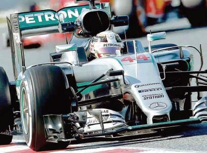 ?? Albert Gea - 4.mar.16/Reuters ?? O piloto Lewis Hamilton durante sessão de testes em Barcelona, seguido por Sebastian Vettel, ao fundo; o inglês busca seu quarto título no automobilismo, mas teme pelo crescimento da Ferrari nesta temporada