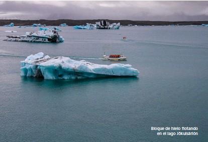 ??  ?? Bloque de hielo flotando en el lago Jökulsárlón