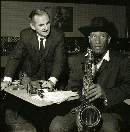 ??  ?? Ronnie Scott at his Soho club with jazz giant Sonny Rollins in 1965. Haimishe food was included on the club menu
