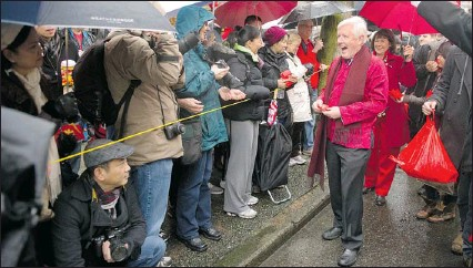 ??  ?? ANDY CLARK/ Reuters Canadian federal Liberal leader Bob Rae jokes with spectators at the Lunar New Year Parade in Vancouver, on Sunday. He is angry that the Tory government is changing health care and crime legislation without consulting the provinces.