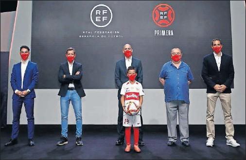 ??  ?? Sergio Arribas, Manu Mosquera, Luis Rubiales, Pepe Pereira (con el nuevo balón de la RFEF), Enrique Vedia y Sergio Pérez, en el acto de ayer.
