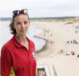 ?? Bild: Jari Välitalo/arkiv ?? Sofia Karlborg, som är bevakningschef för Livräddarna på Tylösand, upplever att de flesta besökarna är bra på att hålla avstånd trots trängseln.