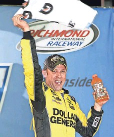 ?? AMBER SEARLS, USA TODAY SPORTS ?? Matt Kenseth, who was winless in 2014, enjoys his fourth win of 2015 Saturday at Richmond International Raceway.