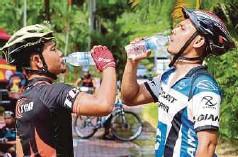 ??  ?? PESERTA menghilangkan dahaga selepas perlumbaan.