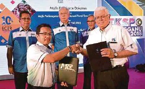 ?? BERNAMA PIC ?? Prime Minister Datuk Seri Najib Razak and Terengganu Menteri Besar Datuk Seri Ahmad Razif Abdul Rahman witnessing the exchange of documents between MRL chief executive officer Datuk Seri Darwis Abdul Razak (front, left) and East Coast Economic Region...