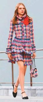 ??  ?? La diseñadora, que nació hace 57 años en Dijon, Francia, reinventó el clásico blazer en tweed que identifica la casa