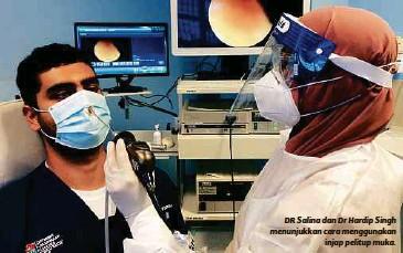 ??  ?? DR Salina dan Dr Hardip Singh menunjukkan cara menggunakan injap pelitup muka.