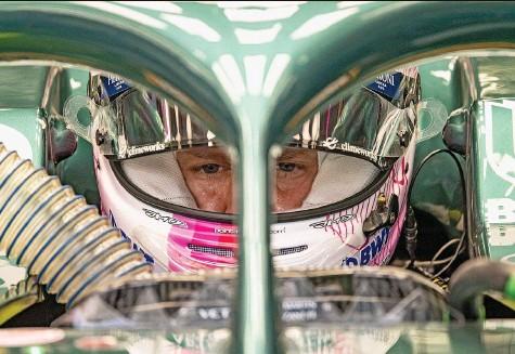 ?? Foto: Imago ?? Kann nicht zufrieden sein: Der Auftakt in Bahrain misslingt Sebastian Vettel komplett.