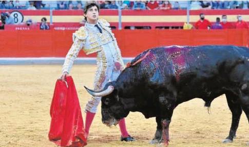 ?? // MIKA ZARCAS ?? Roca Rey aguanta el parón del toro mirando al tendido