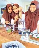 ?? ANTIN IRSANTI/JAWA POS ?? INOVATIF: Dari kiri, Sintia Wahyu Pramesti, Sintia Kresmil Dayanti, dan Ariska Almay Damayanti, penemu sabun arang.