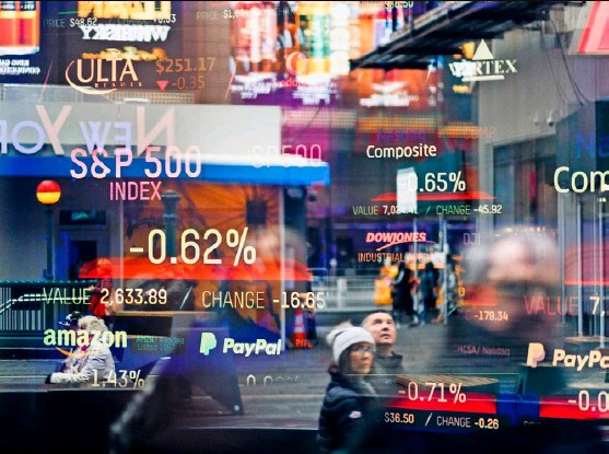 ?? Foto: EPA, Keystone ?? Bildschirme mit Börsenkursen am Hauptsitz der Nasdaq am Times Square in New York.